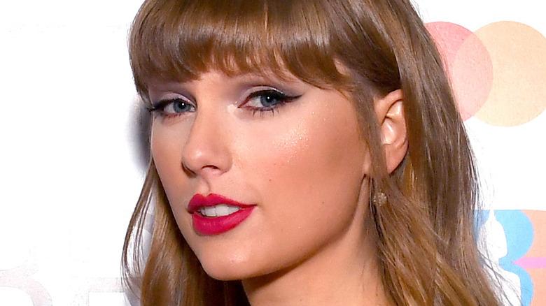 Taylor Swift poses sideways