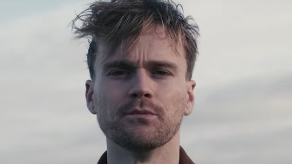 Jesse Meester in a new music video