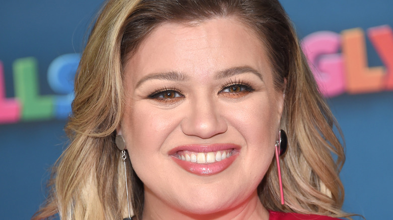 Kelly Clarkson smiles on the red carpet