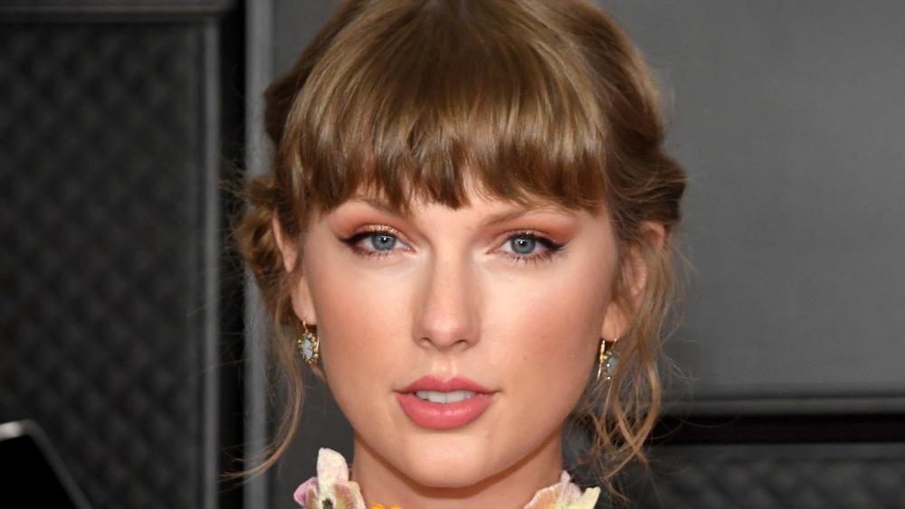 Taylor Swift posing for cameras