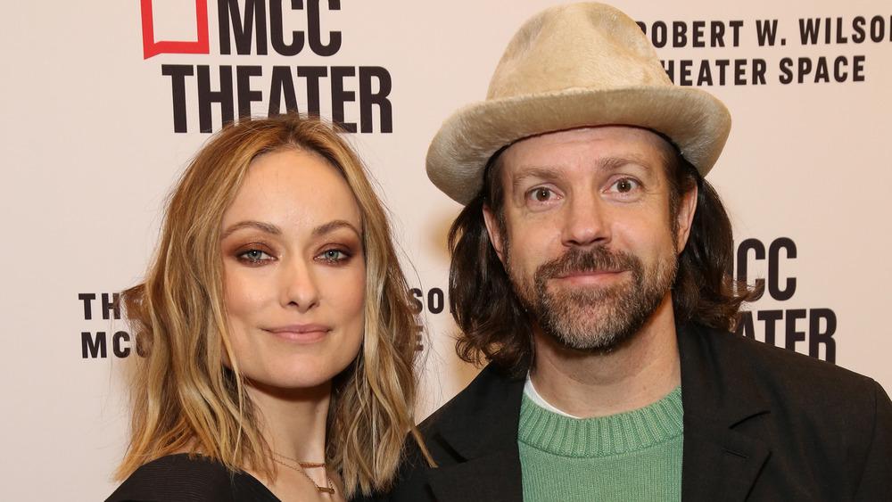 Olivia Wilde and Jason Sudeikis posing with small smiles