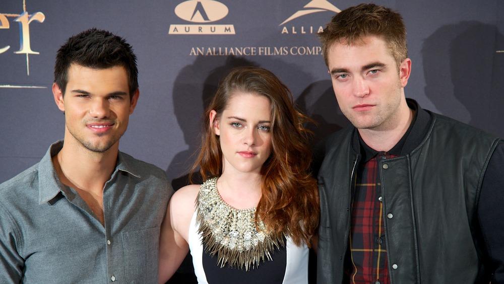 Taylor Lautner, Kristen Stewart, Robert Pattinson posing