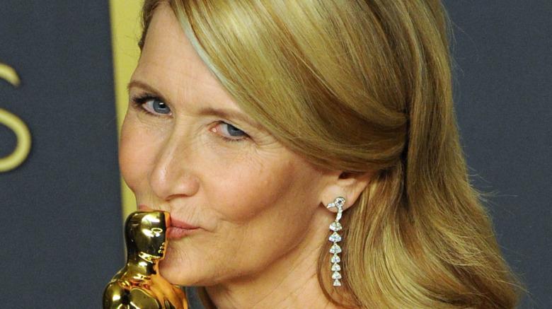 Laura Dern kissing her Oscar award