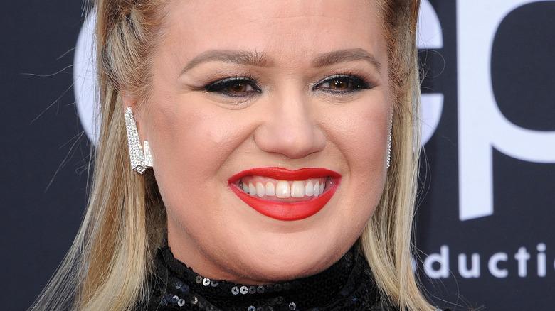 Kelly Clarkson red lipstick