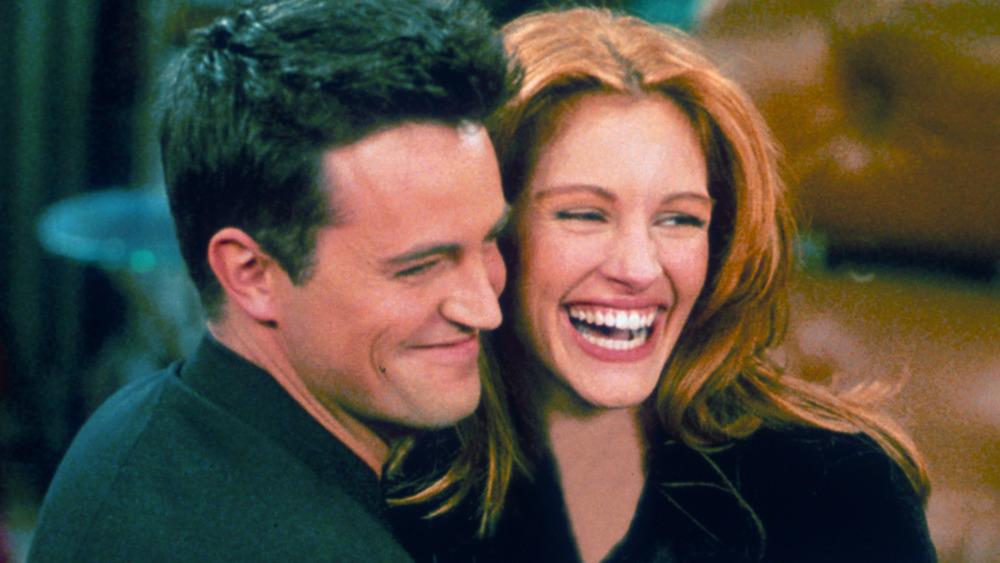 Matthew Perry & Julia Roberts on set of 'Friends'