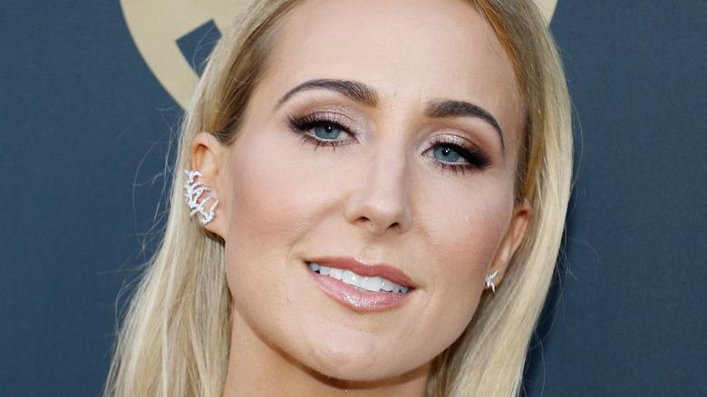 Nikki Glaser smiles on the red carpet