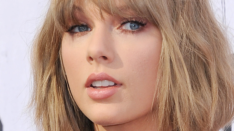 Taylor Swift poses on the red carpet