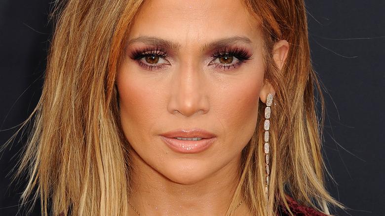 Jennifer Lopez, posing