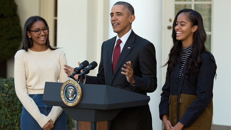 President Barack Obama delivers remarks with his daughters Sasha (L) and Malia during the annual turkey pardoning ceremony