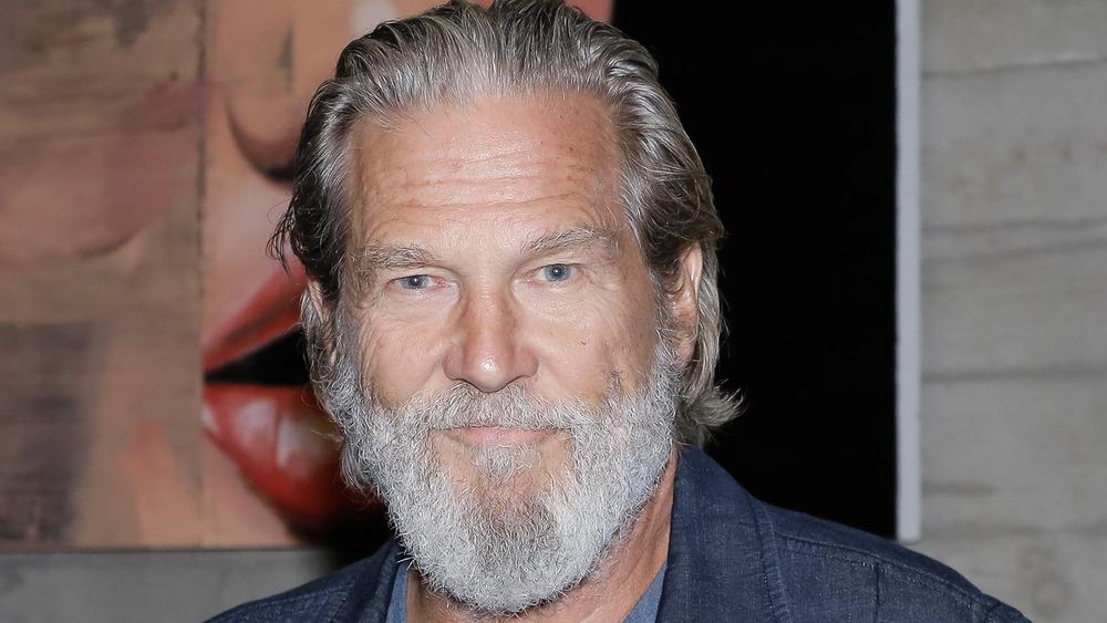 Jeff Bridges posing an an event