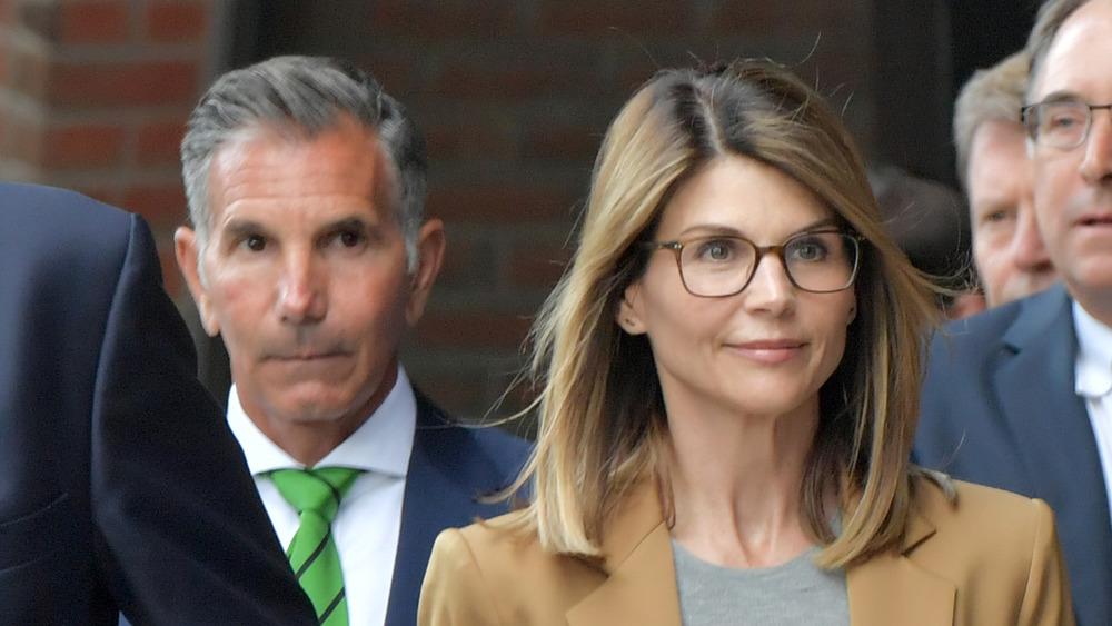 Mossimo Gannulli and Lori Loughlin walking into court