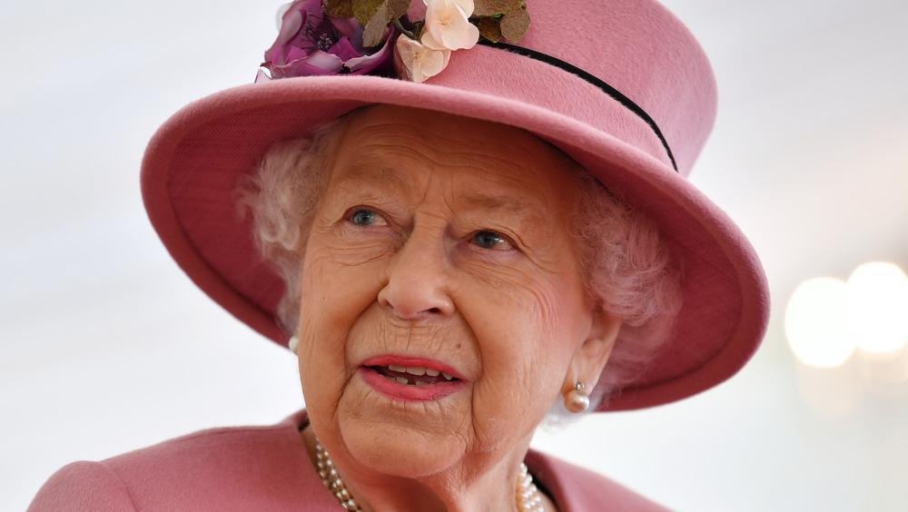 Queen Elizabeth wears pink hat