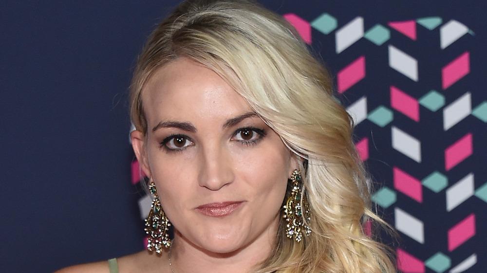 Jamie Lynn Spears posing with earrings