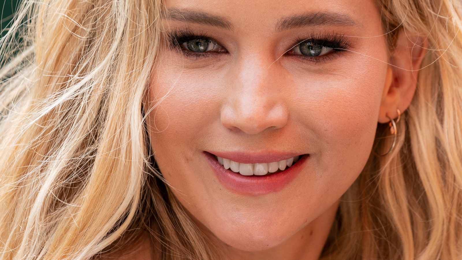 Jennifer Lawrence Catch on Premiere of The Hunger Games