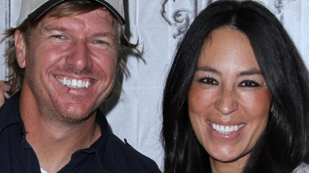 """Chip Gaines and Joanna Gaines promote """"The Magnolia Story"""" book in 2016"""