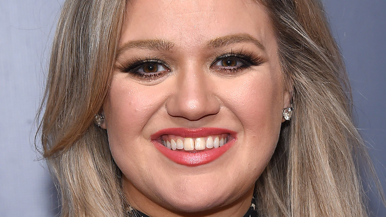 Kelly Clarkson smiling