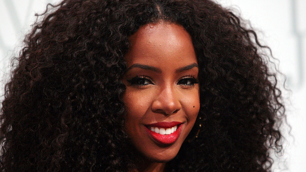 Kelly Rowland posing at an event