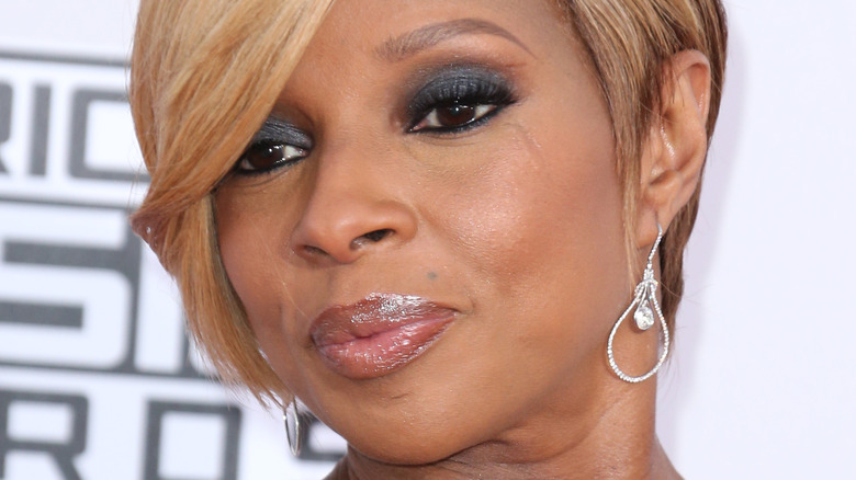 Mary J. Blige posing at the AMAs