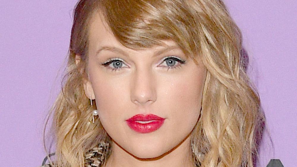 Taylor Swift red lipstick