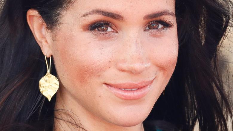 Meghan Markle gold leaf earrings