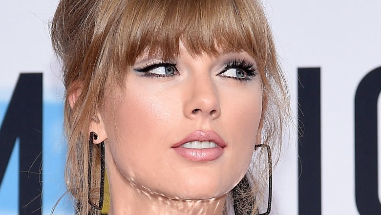 Taylor Swift on the 2018 American Music Awards red carpet