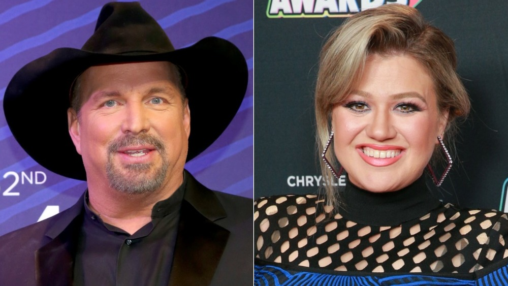 Garth Brooks and Kelly Clarkson smiling