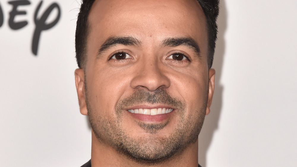 Luis Fonsi smiling at an event