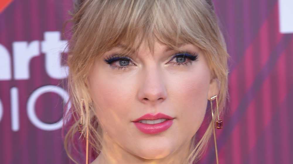 Taylor Swift gives a confident look on the red carpet