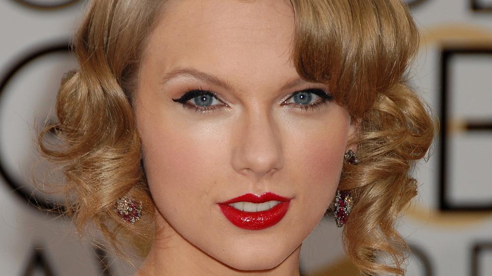 Taylor Swift wears red lipstick