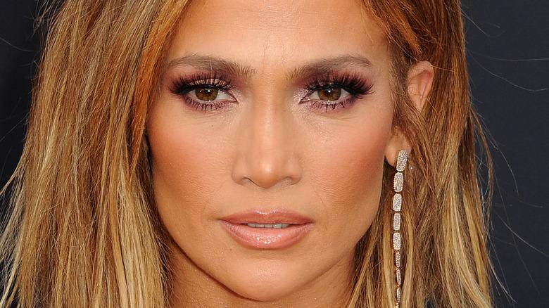 Jennifer Lopez smoulders on red carpet