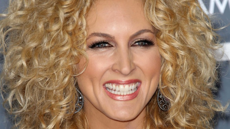 Kimberly Schlapman smiling at the 2013 Grammy Awards