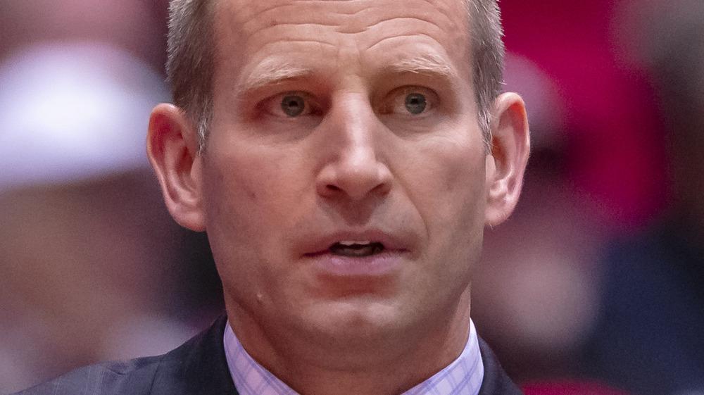 Alabama Crimson Tide coach Nate Oats looking concerned