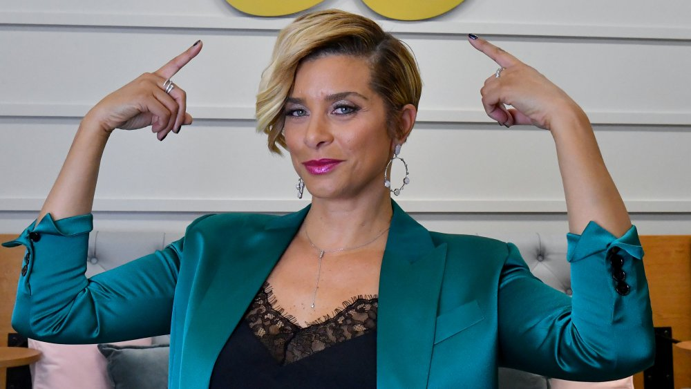 Robyn Dixon pointing two fingers in the air