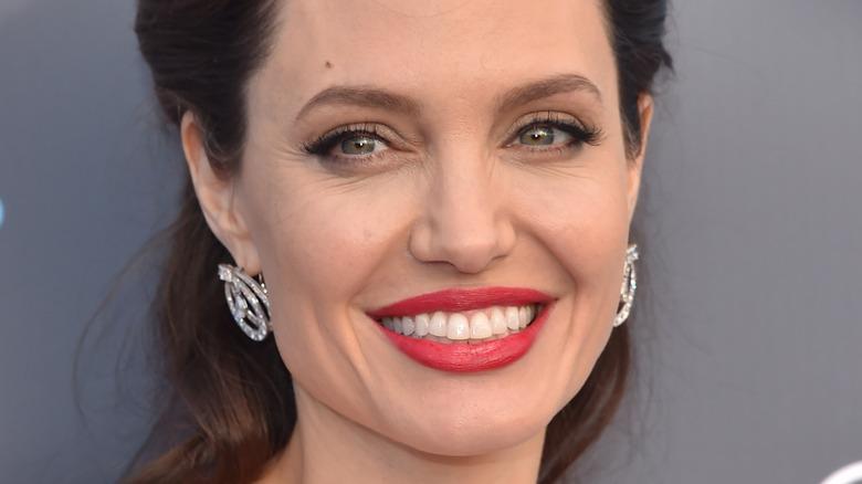 Angelina Jolie, posing