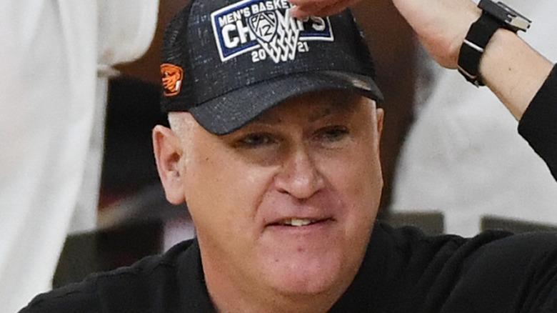 Wayne Tinkle on the court