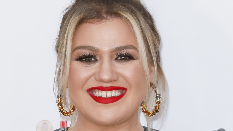Kelly Clarkson grinning
