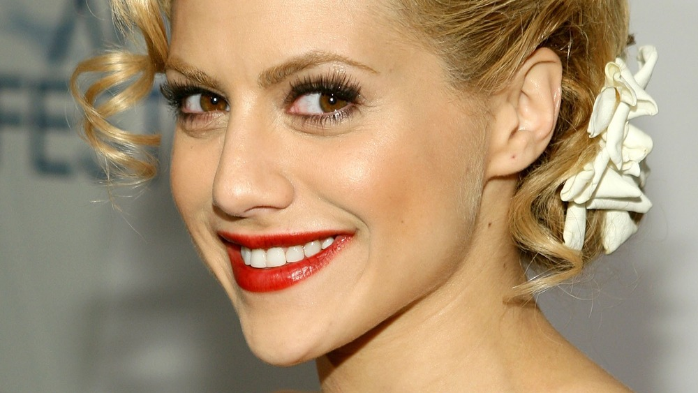 Brittany Murphy smiling on the red carpet