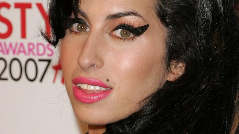 Amy Winehouse posing