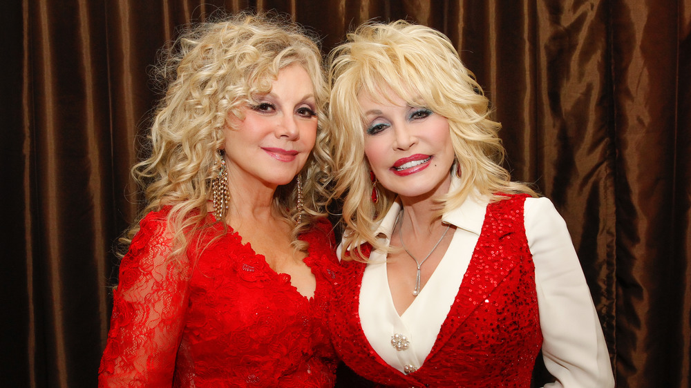Dolly Parton and Stella Parton posing