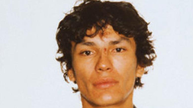 """Serial killer Richard Ramirez aka """"The Night Stalker"""" poses for his mugshot"""