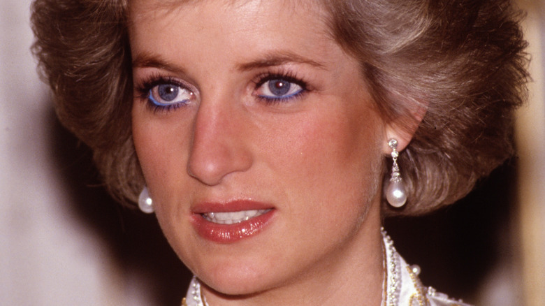Diana Spencer looking to the side