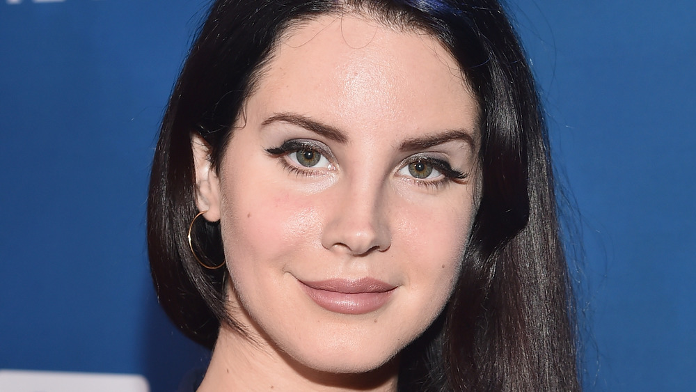Lana Del Rey posing at an event