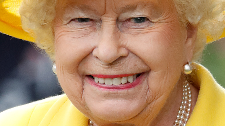 Queen Elizabeth yellow outfit