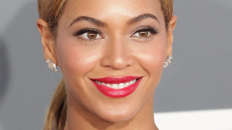 Beyonce, posing