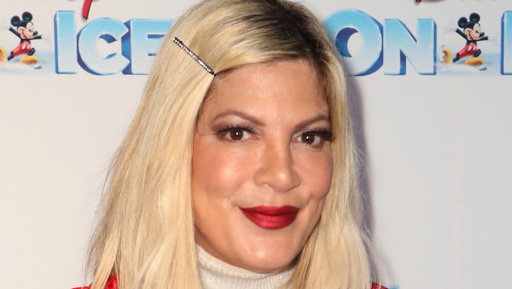 Tori Spelling wearing lipstick