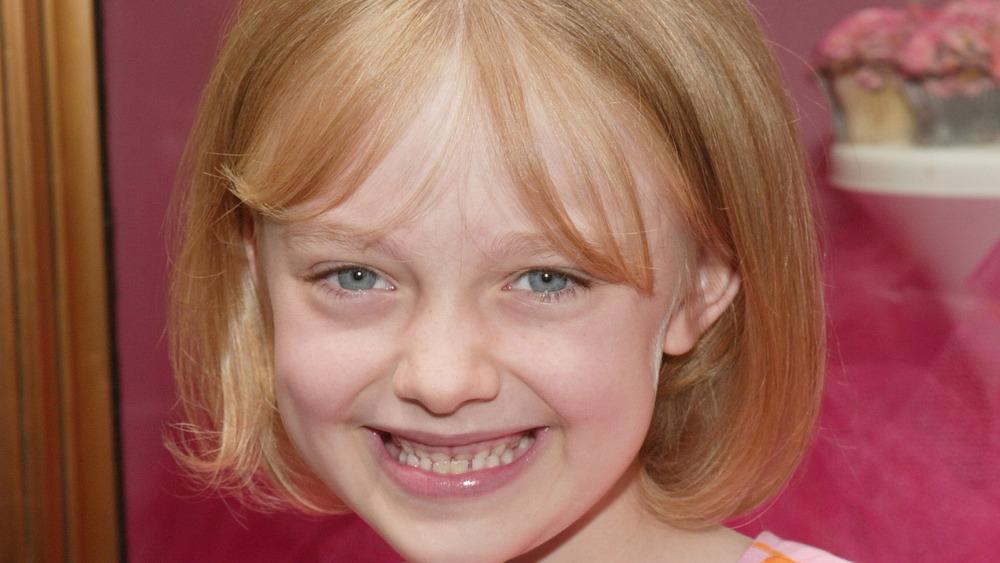 Dakota Fanning, as a child, 2003, smiling, bangs and blonde bob
